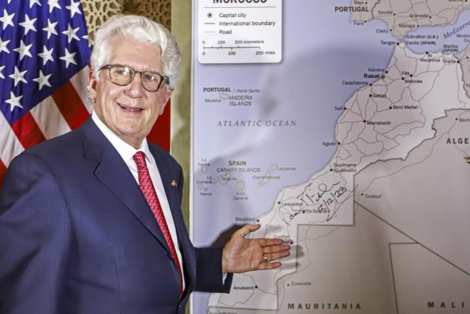 David T. Fischer, ambassadeur des Etats-Unis au Maroc, devant une carte du pays reconnaissant le territoire du Sahara occidental comme faisant partie du royaume chérifien, à Rabat, le 12 décembre 2020.