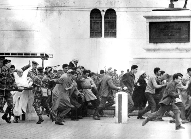Des parachutistes dispersent une manifestation de musulmans à Alger, le 11 décembre 1960, pendant la guerre d'Algérie.