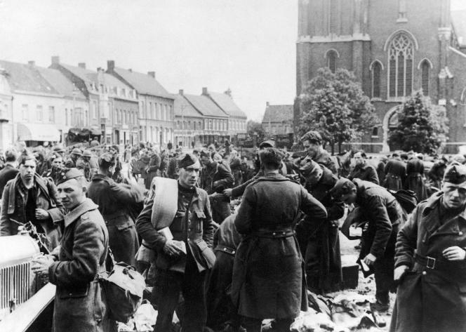 Les soldats belges rendant les armes sur la place du marché de Lichtervelde (Flandre), le 6 avril 1940.