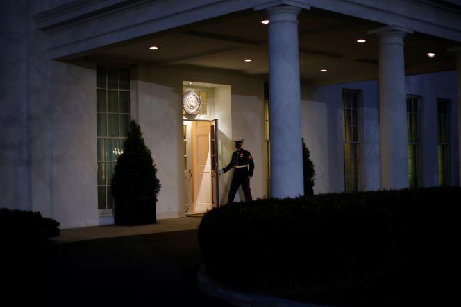 Pintu West Wing, tempat Donald Trump duduk selama beberapa jam lagi, di Gedung Putih di Washington, DC pada 19 Januari.