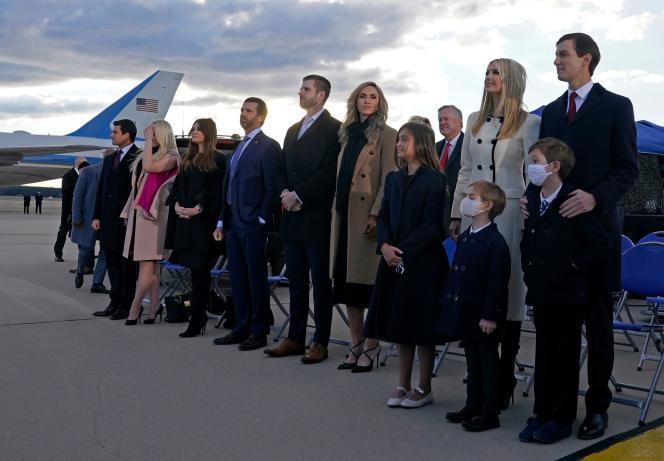 ایوانکا ترامپ ، جارد کوشنر و فرزندانشان ، اریک و دونالد جونیور در پایگاه اندروز ، 20 ژانویه 2021