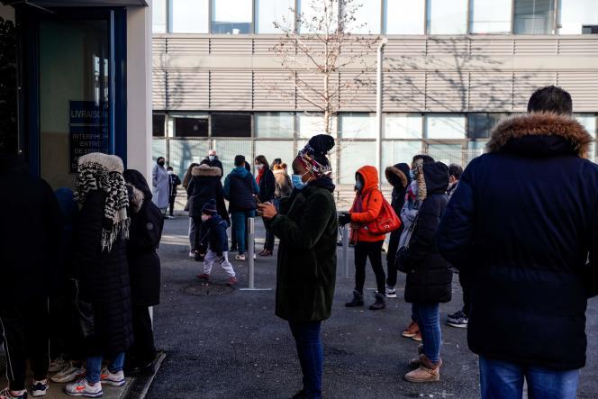 Devant un bâtiment municipal transformé en centre de dépistage du Covid-19, à Bagneux (Hauts-de-Seine), le 9 janvier.