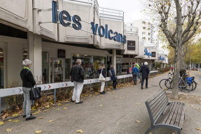 Des clients font la queue devant la librairie Les Volcans, à Clermont-Ferrand, le 16novembre 2020.
