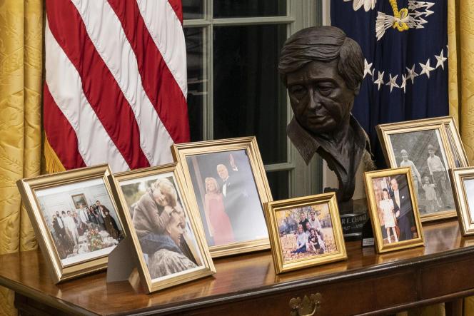 نیم تنه سزار چاوز ، پشت میز جو بایدن.