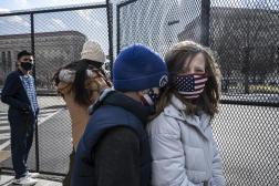 Des spectateurs venus assister à la parade d'investiture de Joe Biden, à Washington, le 20 janvier.