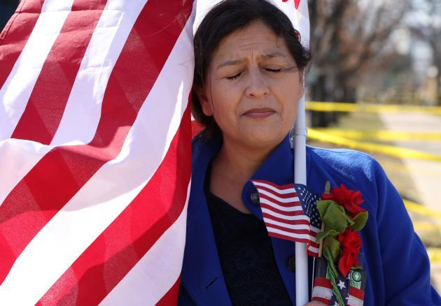 یک زن در مراسم سرمایه گذاری جو بایدن در واشنگتن نماز می خواند.