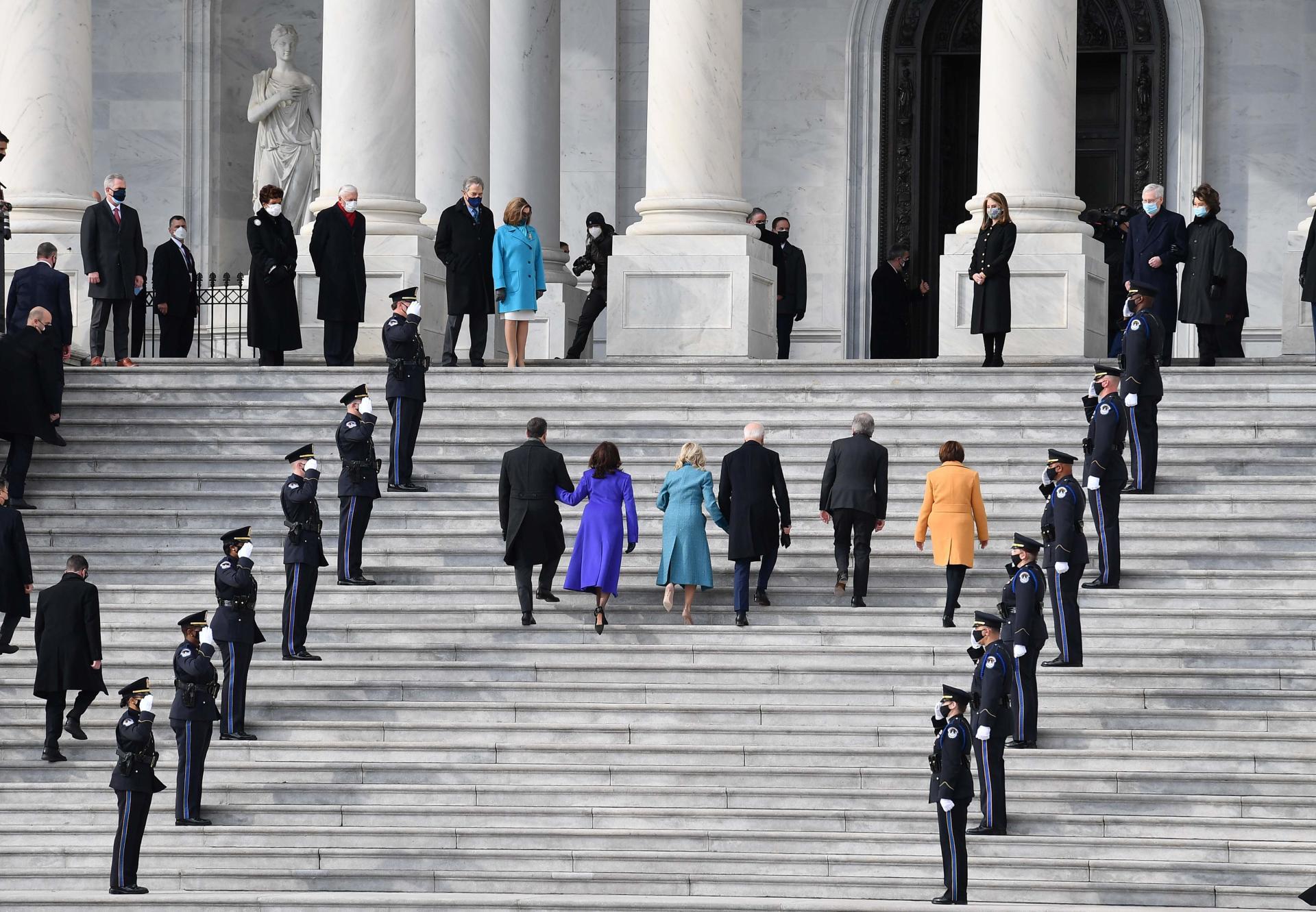 ورود جو بایدن و کمالا هریس ، همسران و سناتورهای آنها روی بلانت و ایمی کلوبوچار ، به پله های پایتخت.