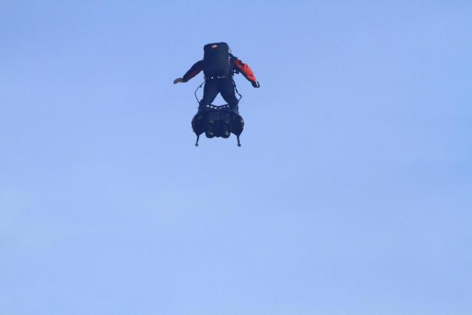 Franky Zapata, sur son «Flyboard Air», au départ de sa première traversée réussie de la Manche, le 4 août 2019.