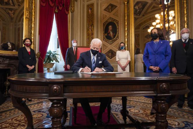 Joe Biden signant sa déclaration inaugurale sous le regard de Kamala Harris, à la Maison Blanche à Washington, DC, le 20 janvier.