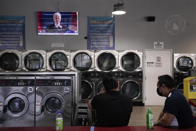 Des Latinos écoutent le discours d'investiture de Joe Biden, dans une laverie de Los Angeles, le 20 octobre.