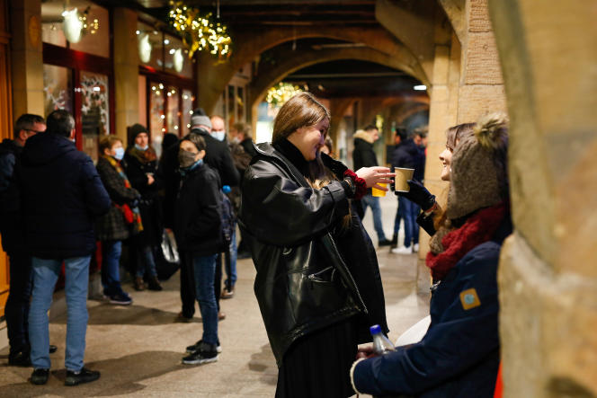 Place Saint-Louis, à Metz, le 2 janvier, les bars proposent des verres de vin chaud à emporter.