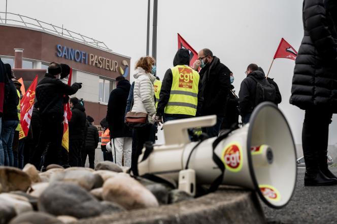 Des employés de Sanofi Pasteur lors d'une manifestation contre des licenciements près de Lyon, le 19 janvier.