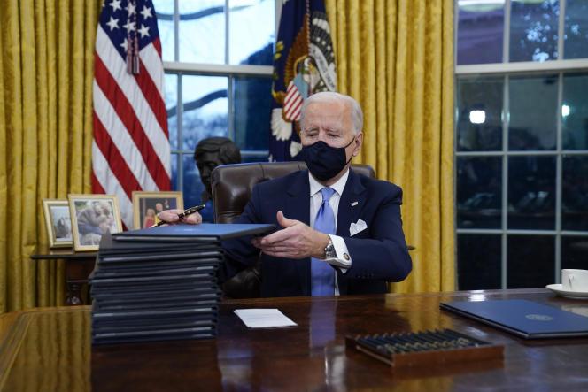 Le président Joe Biden signe ses premiers décrets dans le bureau Ovale de la Maison Blanche, mercredi 20 janvier.