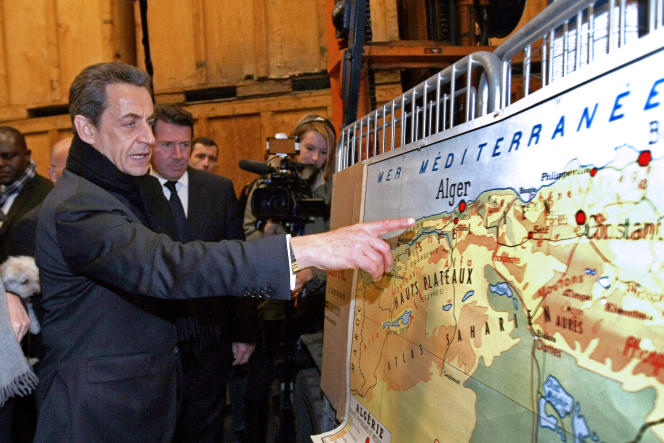 L'ancien président français Nicolas Sarkozy devant une carte de l'Algérie lors d'un déplacement à Nice, le 9mars 2012.