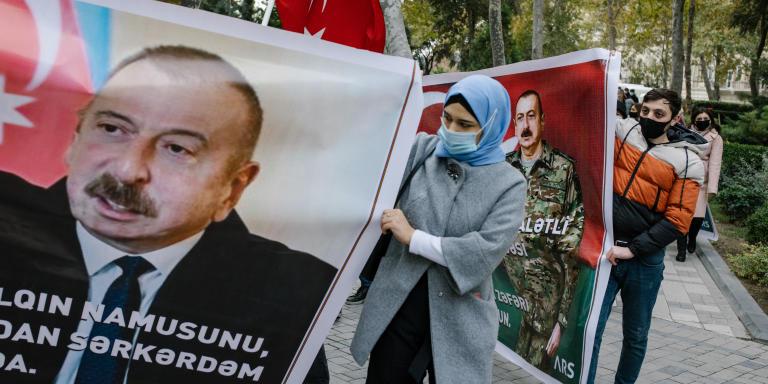 Bakou, Azerbaïdjan, le 10 décembre 2020. Parade militaire suite à la reprise des territoires arméniens du haut Karabakh. Pour l'occasion le président azeri Aliyev, reçoit Erdogan, qui a soutenu militairement l'offensive contre les arméniens. Pour l'occasion, des participants sont venus avec des affiches montrant Erdogan et Aliyev.