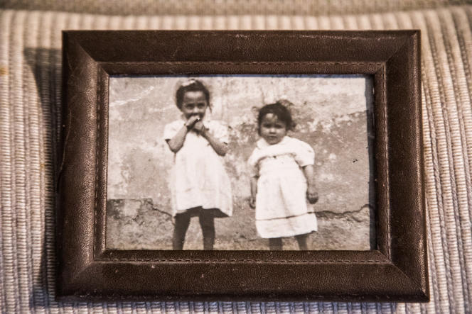 عکس پرونده فاطیما Besnatsi-Lanku.  عکس مربوط به سال 1959. فاطمه در سمت چپ تصویر 5 ساله است.