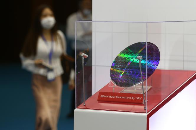 Une plaque très fine de matériau semi-conducteur fabriquée par le taïwanais TSMC et exposée à Nanjing (Chine), en août 2020.
