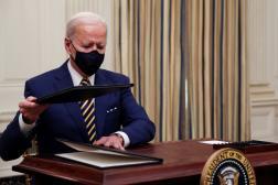 Le président des Etats-Unis, Joe Biden, signe des décrets pour répondre à la crise économique, le 22 janvier à la Maison Blanche.