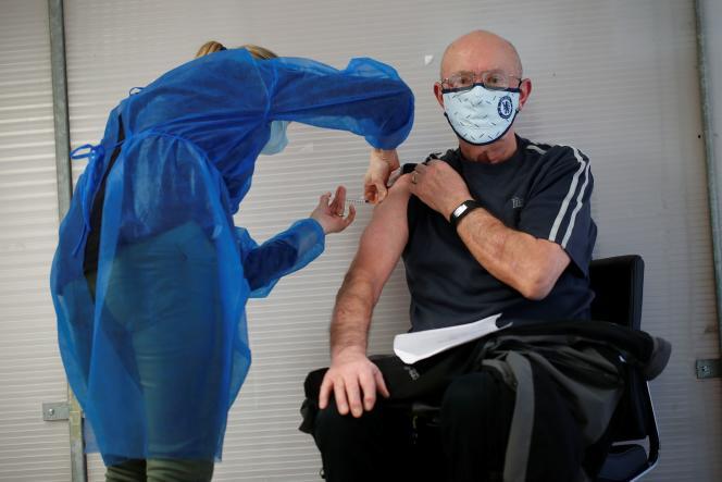 Un homme de plus de 75 ans reçoit une dose du vaccin Pfizer-BioNTech, à Guingamp (Côtes-d'Armor), le 22 janvier.