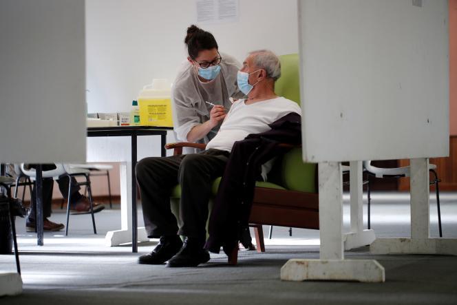 Un homme de plus de 75 ans se fait vacciner à Lamballe-Armor (Côtes-d'Armor), le 22janvier.