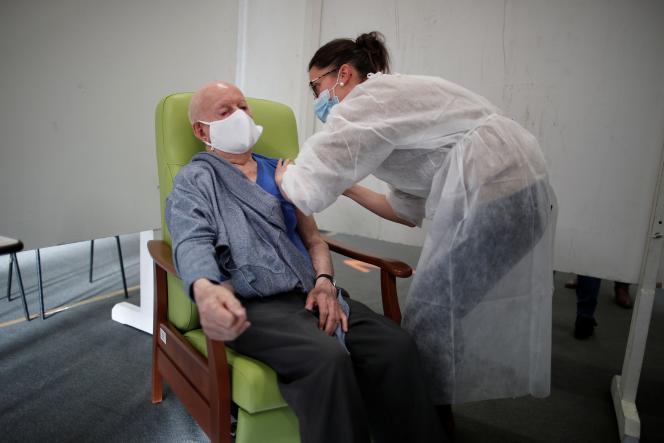 Administration d'une dose du vaccin Pfizer le 22 janvier à Lamballe-Armor.
