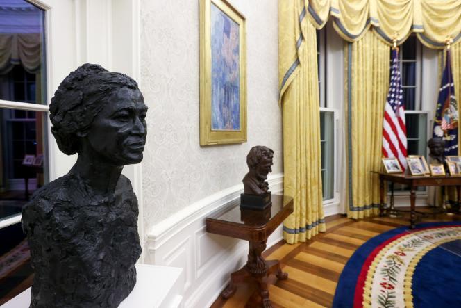 نیم تنه های رزا پارک و آبراهام لینکلن در دفتر بیضی شکل در کاخ سفید در 21 ژانویه.