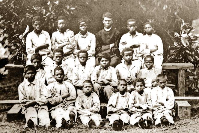 Groupe d'enfants détenus à l'Ilet à Guillaume, à La Réunion, et encadrés par un frère spiritain, en 1868.
