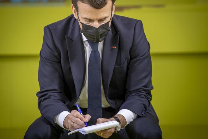 Emmanuel Macron lors d'une rencontre avec des étudiants à l'Université Paris Saclay, le 21 janvier.