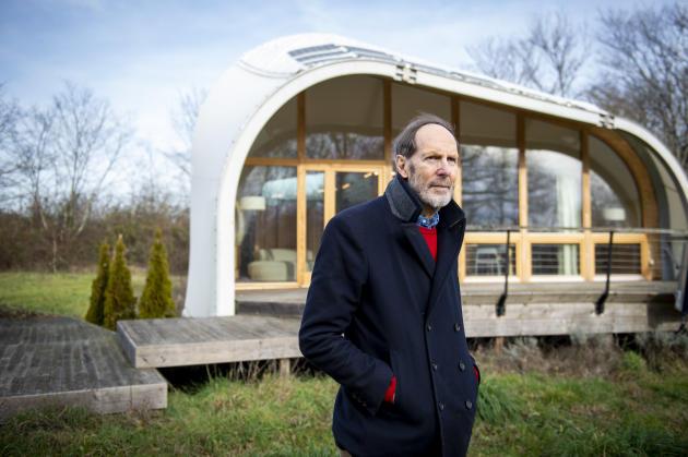 Alexander Von Vegesack devant la Techstyle-Haus, la maison située non loin du projet de porcherie, le 20 janvier.
