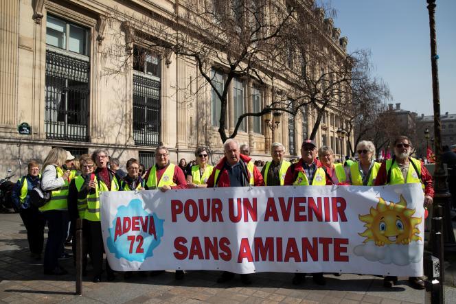 Rassemblement près du palais de justice de Paris, le 22 mars 2019, pendant que la Cour de cassation examine une demande d'indemnisation pour dommages d'anxiété au bénéfice de divers travailleurs ayant été exposés à l'amiante.