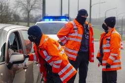 La police contrôle les passagers d'une voiture à la frontière entre la Belgique et le Luxembourg le 2 janvier.