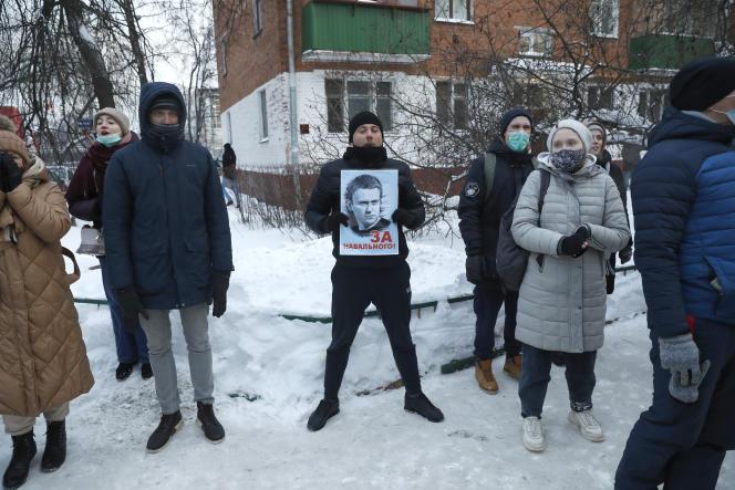 Des partisans de M.Navalny devant le pote de police où il était entendu à Moscou, le18janvier.