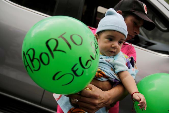 Un homme tient un ballon « avortement en toute sécurité» lors d'une manifestation pour la journée internationale des femmes, le 8 mars 2019 à Tegucigalpa, au Honduras.