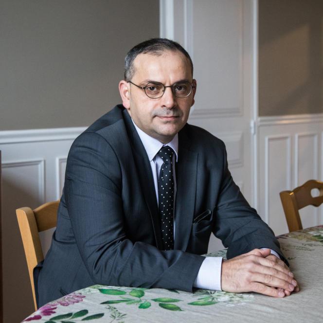 چارلز تامازونت ، وکیل دادگستری و فرزند هارکیس ، رئیس کمیته هارکی و حقیقت است.  در ژانویه 2021 ، اینجا در خانه ، در بخش Seine-et-Marne.