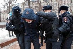 Un homme arrêté en amont de la manifestation moscovite contre l'emprisonnement d'Alexeï Navalny, le 23 janvier 2021.