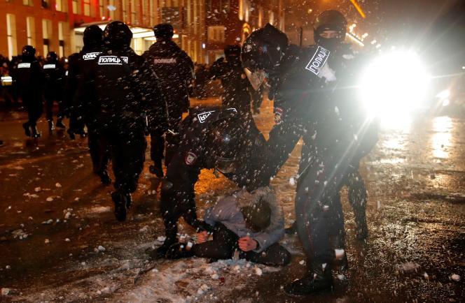 Des agents des forces de l'ordre interpellent un homme lors d'un rassemblement de soutien à Alexei Navalny, emprisonné, à Moscou, Russie, le 23 janvier 2021.