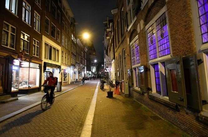 در خیابانهای آمستردام قبل از معرفی وقت عصر در هلند در روز شنبه ، 23 ژانویه.