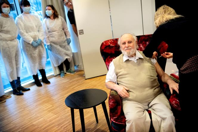 Un résident de maison de retraite reçoit la seconde injection du vaccin Pfizer-BioNTech, à Copenhague,le 23 janvier.
