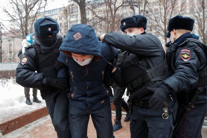 مردی قبل از تظاهرات مسکو علیه زندان الکسی ناوالنی در 23 ژانویه 2021 دستگیر شد.