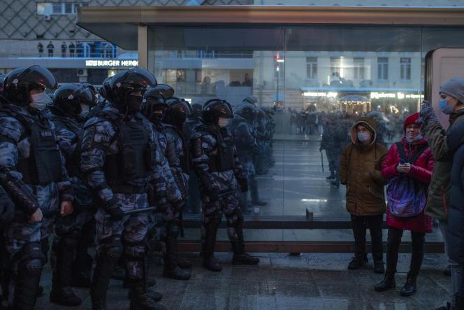 Des agents des forces de l'ordre bloquent une rue aux participants de la manifestation de soutien au chef de l'opposition russe emprisonné Alexei Navalny. Moscou, Russie, le 23 janvier.