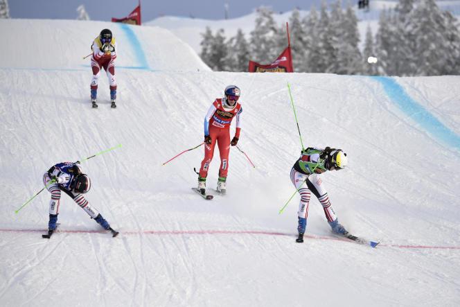 Alizée Baron, à droite et finalement gagnante, et Marielle Berger-Sabbatel, à gauche, ont dû être départagées à la photo finish, après la finale de l'étape de skicross à Idre Fjäll.