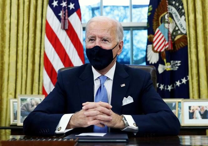 جو بایدن در دفتر بیضی شکل واشنگتن ، 20 ژانویه.