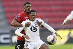 Le Lillois Jonathan David résiste à Serhou Guirassy lors de la victoire du Losc contre Rennes dimanche 24 janvier.