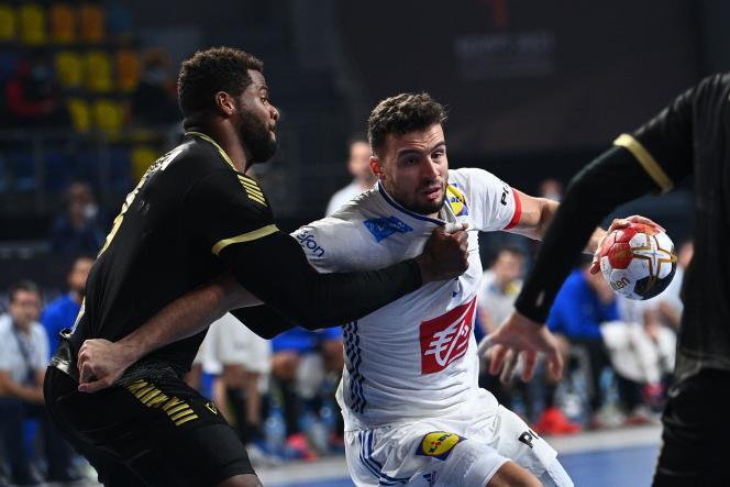 Nedim Remili face au pivot portugais Alexis Borges, lors du Mondial égyptien de handball, dimanche 24 janvier.