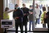 Des électeurs portugais font la queue pour entrer dans un bureau de vote à Lisbonne, dimanche 24 janvier.