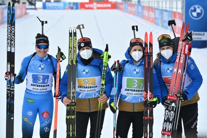 Le relais français avec Julia Simon, Justine Braisaz-Bouchet, Anaïs Chevalier-Bouchet et Anaïs Bescond après la course, terminée à la troisième place dimanche 24 janvier.