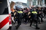 A Eindhoven, dans le sud des Pays-Bas, des heurts ont éclaté entre les forces de l'ordre et des manifestants, dimanche 24 janvier.