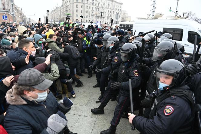 Les manifestants affrontent la police antiémeute, lors d'un rassemblement de soutien au leader de l'opposition emprisonné Alexei Navalny, à Moscou, le 23janvier.