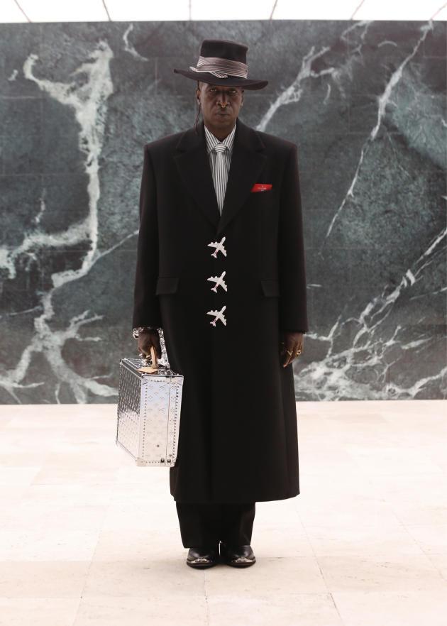 Le poéte, écrivain et acteur américain Saul Williams défile pour Louis Vuitton.