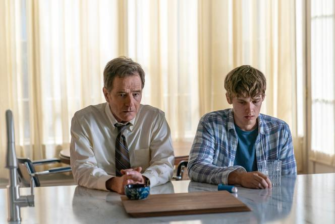 Bryan Cranston et Hunter Doohan, dans « Your Honor ».